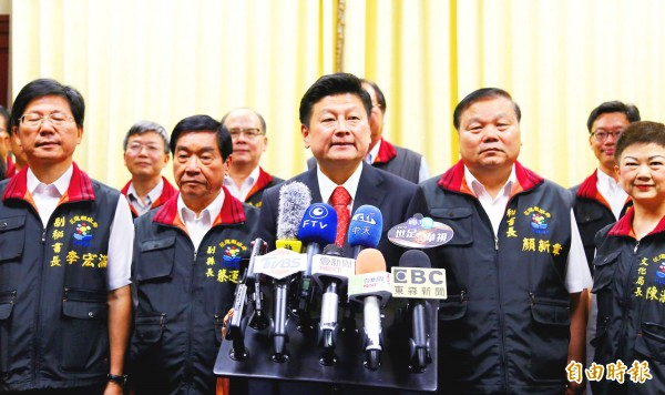Hualien County Commissioner Fu Kun-chi speaks at a news conference in Hualien on May 30.