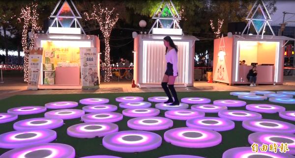紐約藝術家Jen Lewin設計的許願星池,透過踩踏會變化出不一樣燈光效果。(記者張家寶攝)