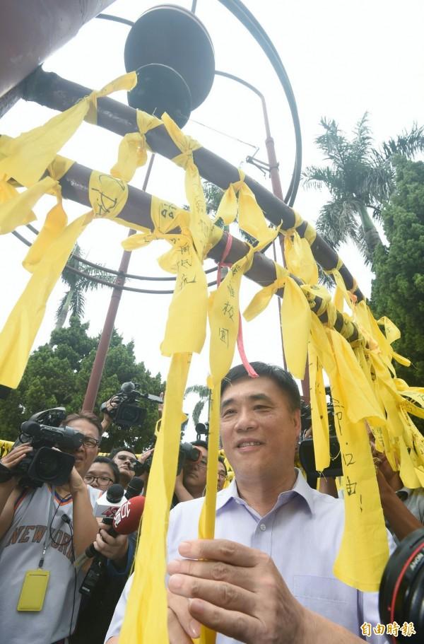國民黨副主席郝龍斌也到場繫上黃絲帶聲援。(記者廖振輝攝)