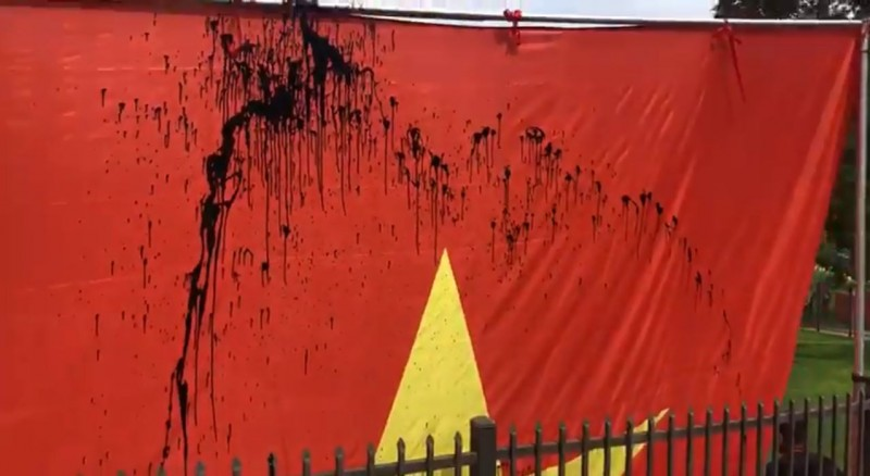 在美華僑昨(15)升五星旗慶祝中共生日,但旗幟被人近距離潑墨(圖中)、噴漆。(圖截取自推特影片)