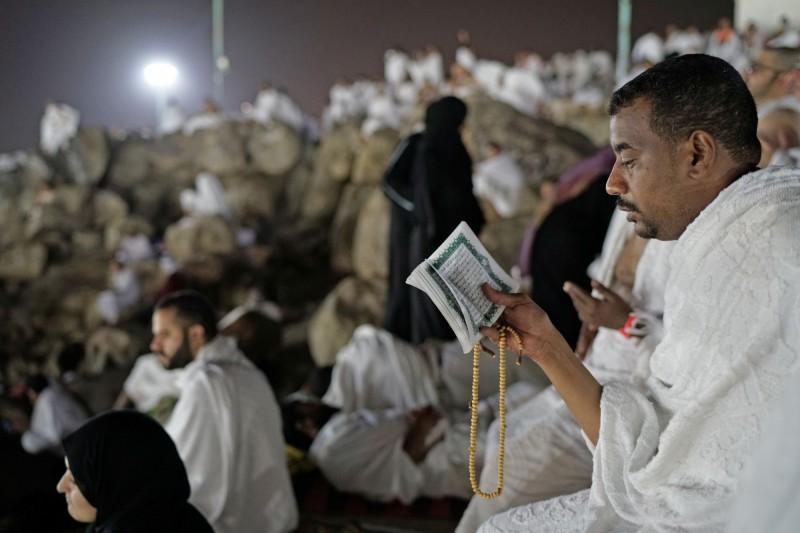 沙烏地阿拉伯湧入了200多萬名穆斯林,聚集聖地麥加的阿拉法特山(Arafat)上。(路透)