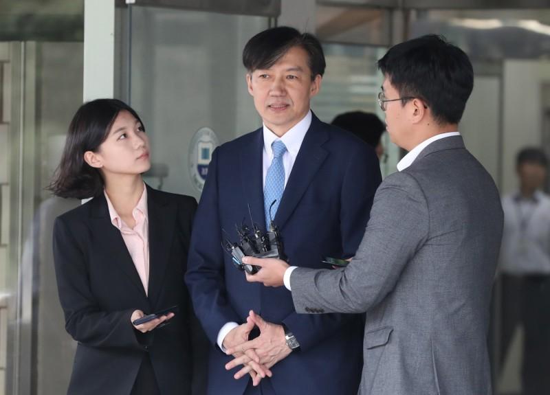韓國法務部長曹國(中)醜聞纏身,首爾中央地方檢察廳投入數十名檢察官偵辦相關案件。(歐新社)