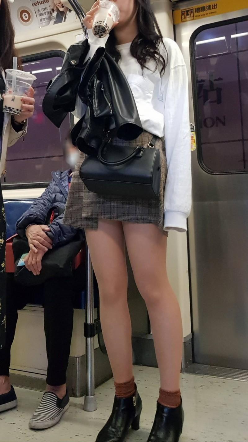 貼出圖片的網友表示2名女子應是國外觀光客,因自己語言不通,於是想詢問如何勸阻。(擷取自PTT)