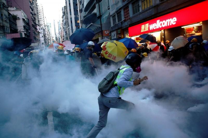警方在西環警署附近施放大量催淚彈。(路透)
