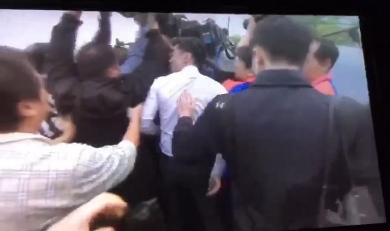 王又正轉頭對攝影記者叫囂。(讀者提供)