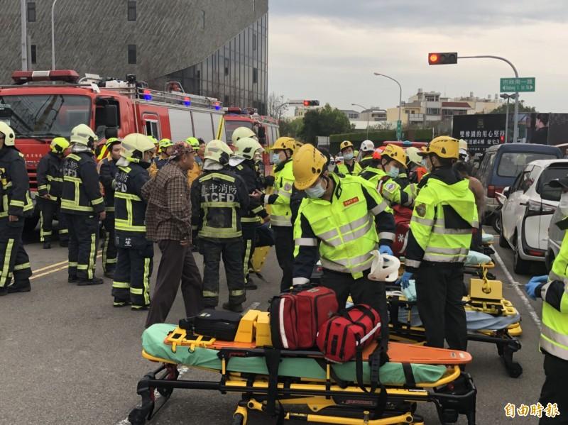 消防局出動大批人車待命搶救。(記者許國楨攝)