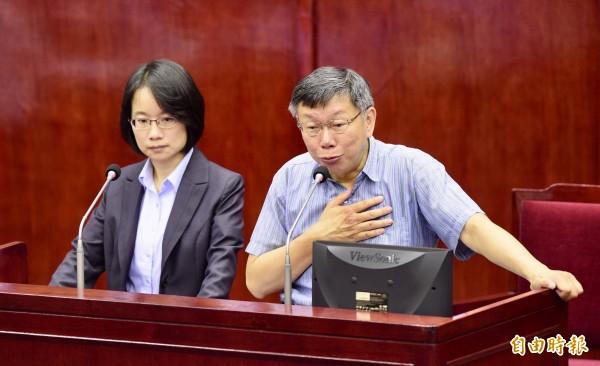 北農總經理吳音寧(左)在市議會天天挨轟。(資料照)