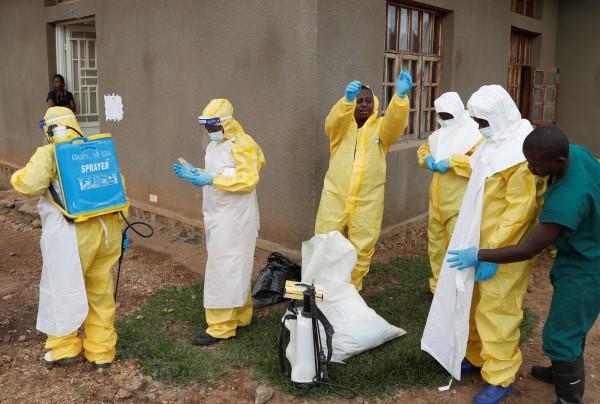 美國內布拉斯加州近來隔離了一名曾在剛果治療病人的醫師,他可能接觸過伊波拉病毒。圖為剛果伊波拉防疫人員。(路透)