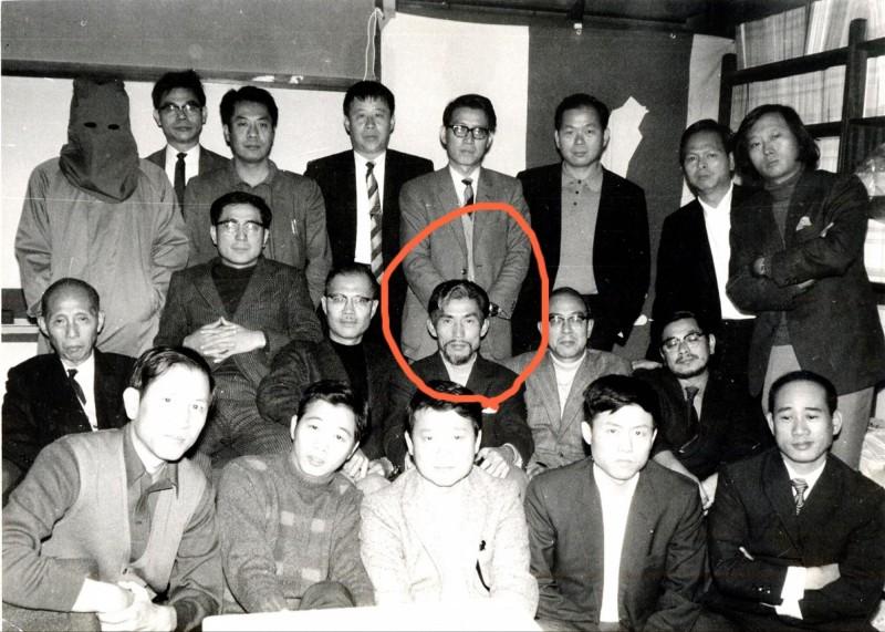 近日政壇掀起「老照片」大賽,臉書粉專「台灣制憲基金會」也跟進曬出老照片,讓網友們猜一猜照片上眉目英挺的男子是誰。(圖擷取自臉書_台灣制憲基金會)
