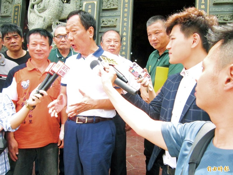 Former Hon Hai Precision Industry Co chairman Terry Gou speaks to reporters yesterday outside a temple in Taoyuan.  Photo: Hsieh Wu-hsiung, Taipei Times