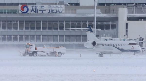 鏟雪車正在機場外除雪。(歐新社)