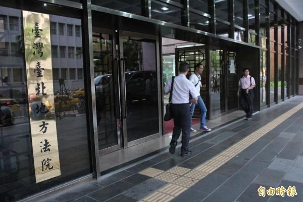 去年10月3日,台北市一名丁姓男子跑到派出所對警嗆「怎麼看到女生那個,下面就硬起來了」,今(23)日台北地方法院依侮辱公務員罪判刑。圖為台北地院。(資料照)