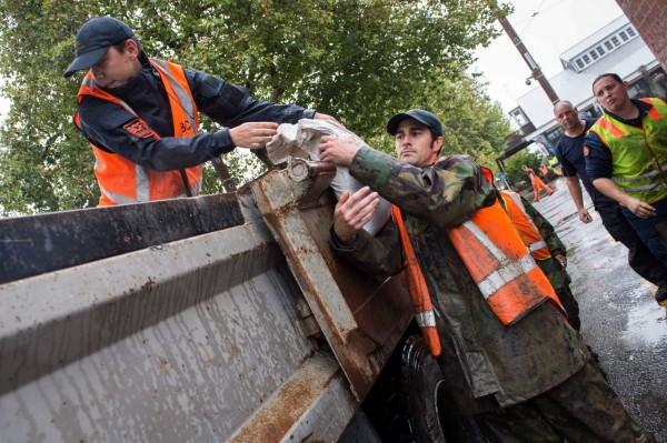 熱帶氣旋黛比今(6)日肆虐紐西蘭,當地城鎮發生潰堤,全城被迫撤離,救難人員緊急出動,搶救受困的民眾。(路透)