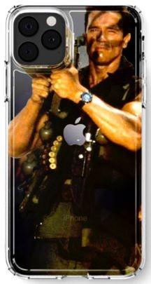 日本網友將阿諾·史瓦辛格在1985年的美國動作驚悚片《魔鬼司令》(COMMANDO)的劇照,作為iPhone 11 Pro手機殼的構想圖。圖中,砲口剛好配合在iPhone 11 Pro相機鏡頭的位置。(圖擷取自推特_@aki_teccha)
