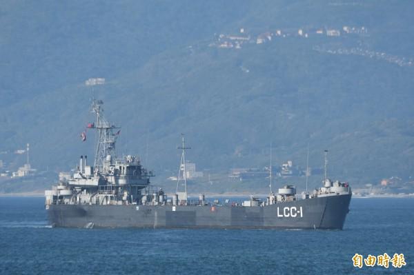海軍「高雄艦」緩緩駛入花蓮港,準備協助花防部裝載戰車。(記者游太郎攝)