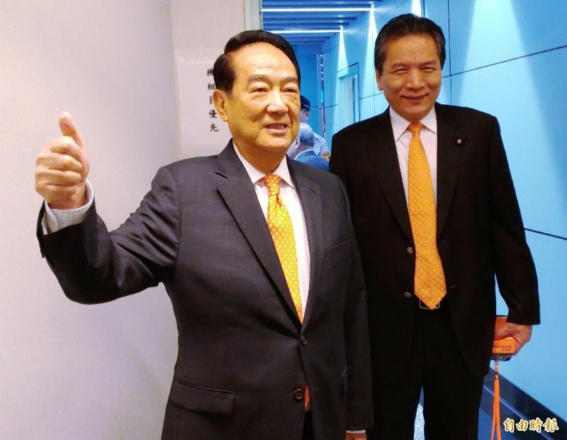 親民黨主席宋楚瑜早上搭機前往香港、澳門地區瞭解粵港澳大灣區經濟發展計劃。右為立委李鴻鈞。(記者姚介修攝)