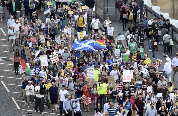 川普近日到訪英國,倫敦街頭聚集上萬的示威抗議者對川普表達不滿。(法新社)