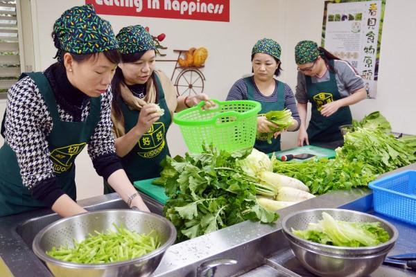 中年失業媽媽林美芳(右一)和黃玉惠(右二)指導縣長夫人林素雲(右四)洗菜技巧。(記者朱則瑋攝)