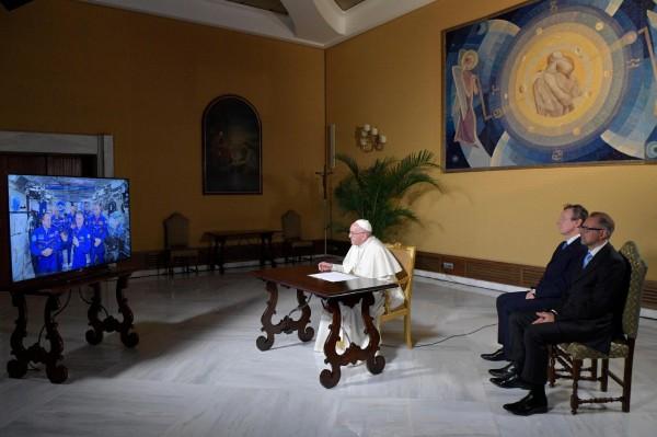 教宗方濟各與國際太空站的太空人們進行視訊通話。(歐新社)