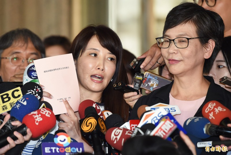 蔡沁瑜拿著中選會「總統副總統選舉連署及查核辦法」,表示app連署不可行,必須要從頭紙本連署。(記者廖振輝攝)