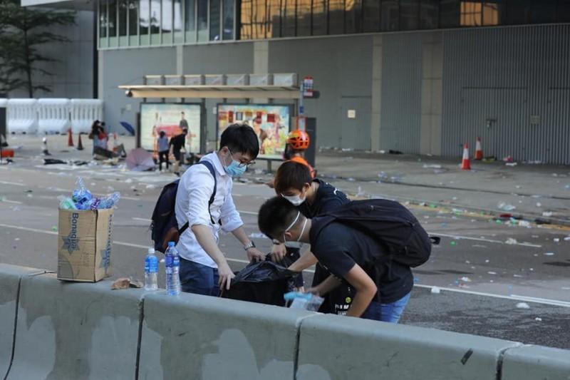 示威者自發性地在現場善後環境、收拾垃圾。(攝影師張國耀授權)