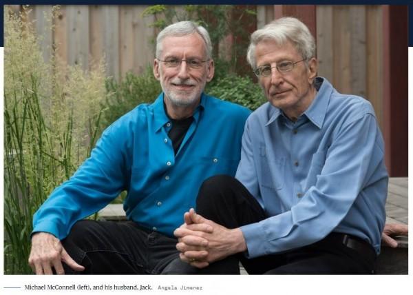 麥康奈(左)和他的丈夫貝克(右)。(圖截取自NBC)