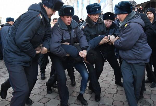 中亞國家吉爾吉斯首都比斯凱克週四有數百人上街示威反中,有十多人遭警方拘留。(法新社)