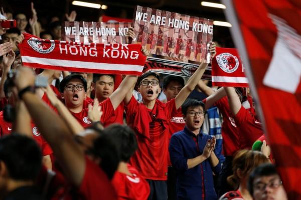 香港球迷在球賽高舉標語表達政治立場。(路透)