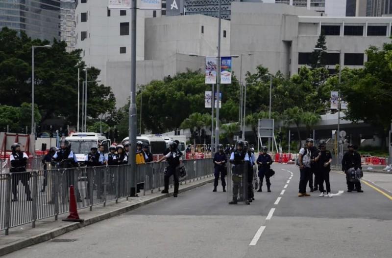 港警出動,準備驅離徹夜抗爭的民眾,現正與民眾對待中。(圖擷取自香港大學學生會學苑即時新聞臉書)