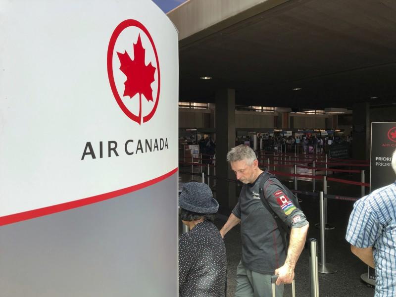 加拿大航空昨(11)日一從溫哥華飛往澳洲雪梨的航班,突遇強烈氣流,因機上多名乘客未繫上安全帶,37人飛上空中,身體因撞上天花板和行李艙而受傷,其中有9名乘客傷勢嚴重。(美聯社)
