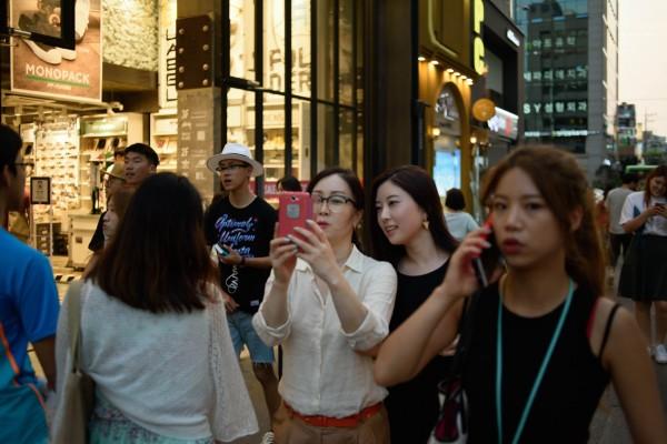 中國遊客湧入南韓,讓一些當地居民困擾。圖為首爾街頭資料照。(法新社)