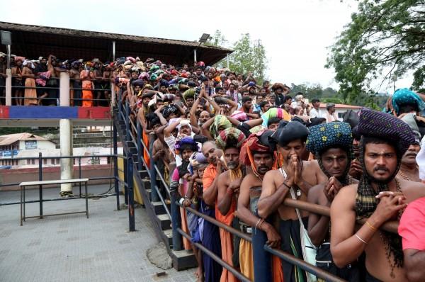 位於印度南部克勒拉邦(Kerala)的沙巴瑞瑪拉廟(Sabarimala temple)週三傍晚開放前,大批信徒排隊等候。(路透)
