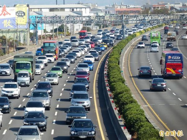 228連續假期高速公路疏運措施出爐,除西部國道仍將實施高乘載管制外,3月3日連假最後一天,將再度嘗試延長夜間免收費時段,從原本0點至5點延長至上午10點。(資料照)