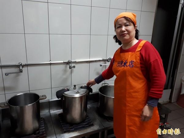 新竹市「阿惠冰店」的冬季甜湯品除有7種湯底,所有配料都是當天新鮮熬煮的,其中小湯圓還有抹茶口味,就連芋圓和地瓜圓都吃得到顆粒。(記者洪美秀攝)