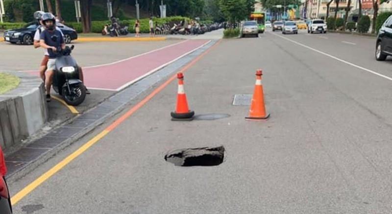 台中路面出現坑洞,引發網友不滿。(民眾提供)