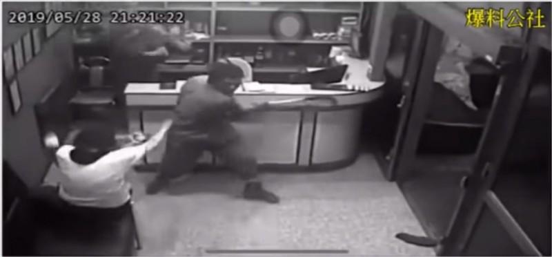 吳姓男子持鐮刀對櫃檯的2人一陣狂砍。(圖擷自Bibo Du YouTube)