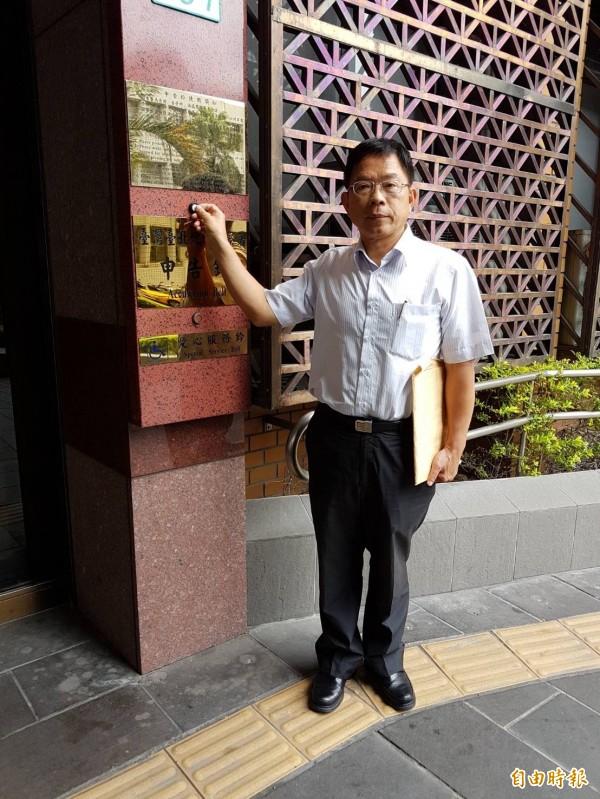 前立委郭榮宗至北檢控告國民黨黨主席吳敦義違反選罷法。(記者謝君臨攝)