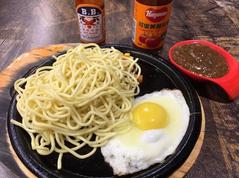 民眾在新竹縣湖口鄉點鐵板麵,發現要價290元。(圖擷取自爆料公社)