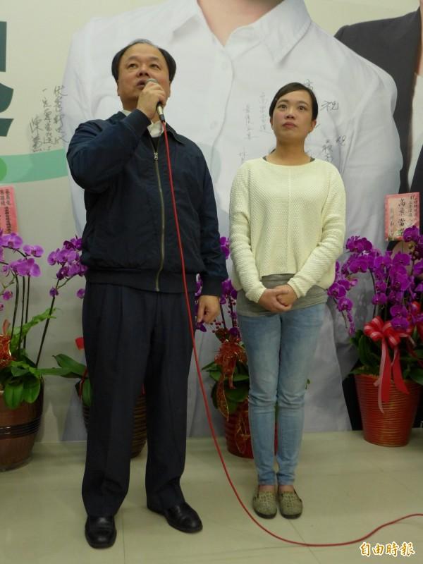 民進黨立法委員呂孫綾(右)和其父、前新北市議員呂子昌(左)。(記者李雅雯攝)