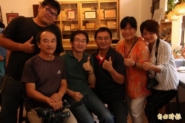6月30日雲林北港舉辦媒體識讀公民記者訓練,李孟哲(左一坐者)教導影音如何拍攝與處理。(資料照)