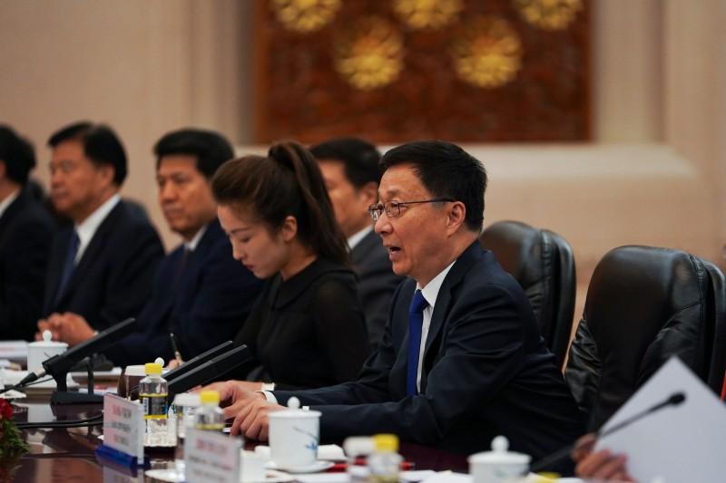 媒體報導,中國國家主席習近平與政治局常委韓正(圖右)控制的港澳辦、中聯辦3度交鋒。(法新社)