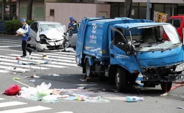 日本80來歲的老翁駕駛銀色轎車,在東京一處十字路口撞擊10名行人,最後撞到垃圾車才停下。(圖擷自@livedoornews推特)