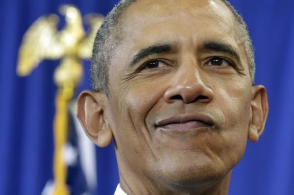 美國總統歐巴馬(圖)17日現身脫口秀節目,與主持人荷伯模擬求職面試。(法新社)
