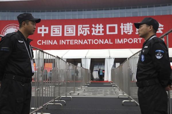 首屆中國國際進口博覽會昨天於上海開幕,有媒體指出當地多處實施道路管制、部分公共設施關閉,擾民行徑引發不滿,街頭警察滿布,連維權人士也被監控恐嚇。示意圖。(美聯社)