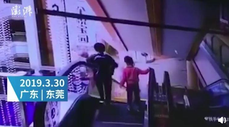 中國一名母親疑似搭乘電扶梯時沒站穩,導致手中的嬰兒從3樓墜下當場身亡。(圖擷取自微博)