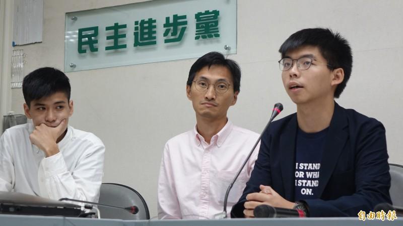香港眾志秘書長黃之鋒(右)、香港立法會議員朱凱迪(中)、學聯前副秘書長岑敖暉(左)等人,5日前往立法院拜會民進黨團,會後一同舉行記者會說明。(記者叢昌瑾攝)