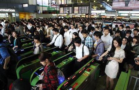 東日本旅客鐵道(JR東日本)昨天發生列車故障事件,大批通勤族受到影響。(圖擷取自推特)