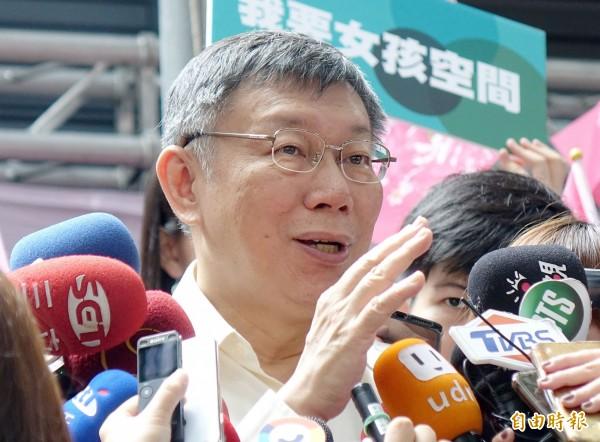 近日網路上流傳一張《三立新聞》的新聞畫面,稱「葛特曼秘密拜會民進黨團」,據了解,台北市長柯文哲(見圖)今下午看到照片時不假思索便說「這是假的啊」。(記者黃耀徵攝)