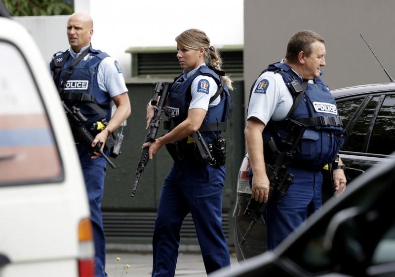 槍擊案發生後,當地警方武裝戒備。(美聯社)