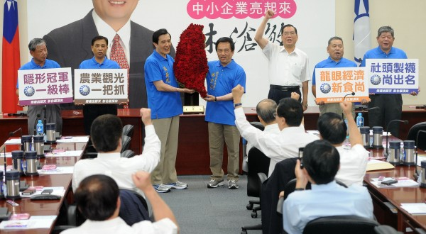 國民黨主席馬英九(左三),今天在國民黨中常會上挺黨籍彰化縣長參選人(右四)林滄敏。(記者王敏為攝)